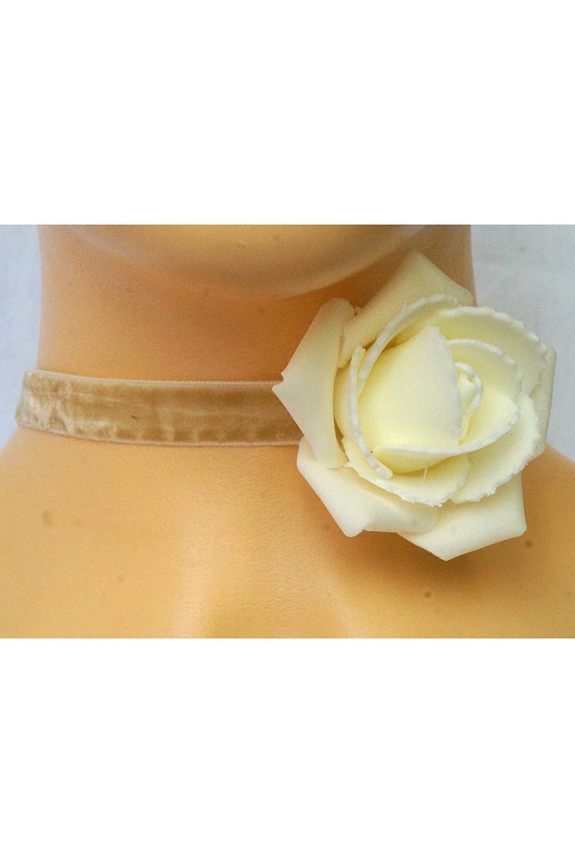 ЧокерОжерелья<br>Чокер бежевого цвета на бархатной ленте, украшен молочной розой. Цветок располагается немного сбоку. Длина ленты чокера 30 см, застежка регулируется до 37,5 смЦвет: светло-бежевый<br><br>Материал: Текстиль<br>Стиль: Нарядный стиль<br>Размер : UNI<br>Материал: Бархат<br>Количество в наличии: 1