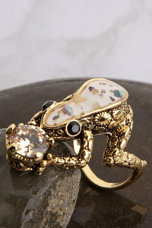 КольцоИскусно подобранный аксессуар – это незаменимый элемент образа стильной, уверенной в себе женщины Чудесное кольцо прекрасно подойдет к любому наряду, подчеркнув Вашу женственность, или преобразит обычную однотонную кофту, добавив Вашему внешнему виду изюминку.<br><br>По материалу: Гипоаллергенный сплав<br>По образу: Выпускной,Деним,Жизнь,Свидание,Театр,Торжество<br>По стилю: Нарядные,Романтические,Роскошные<br>По форме: Фигурные<br>По элементам: Анималистические(животные),Стразы<br>Размер : 21<br>Материал: Гипоаллергенный сплав<br>Количество в наличии: 1