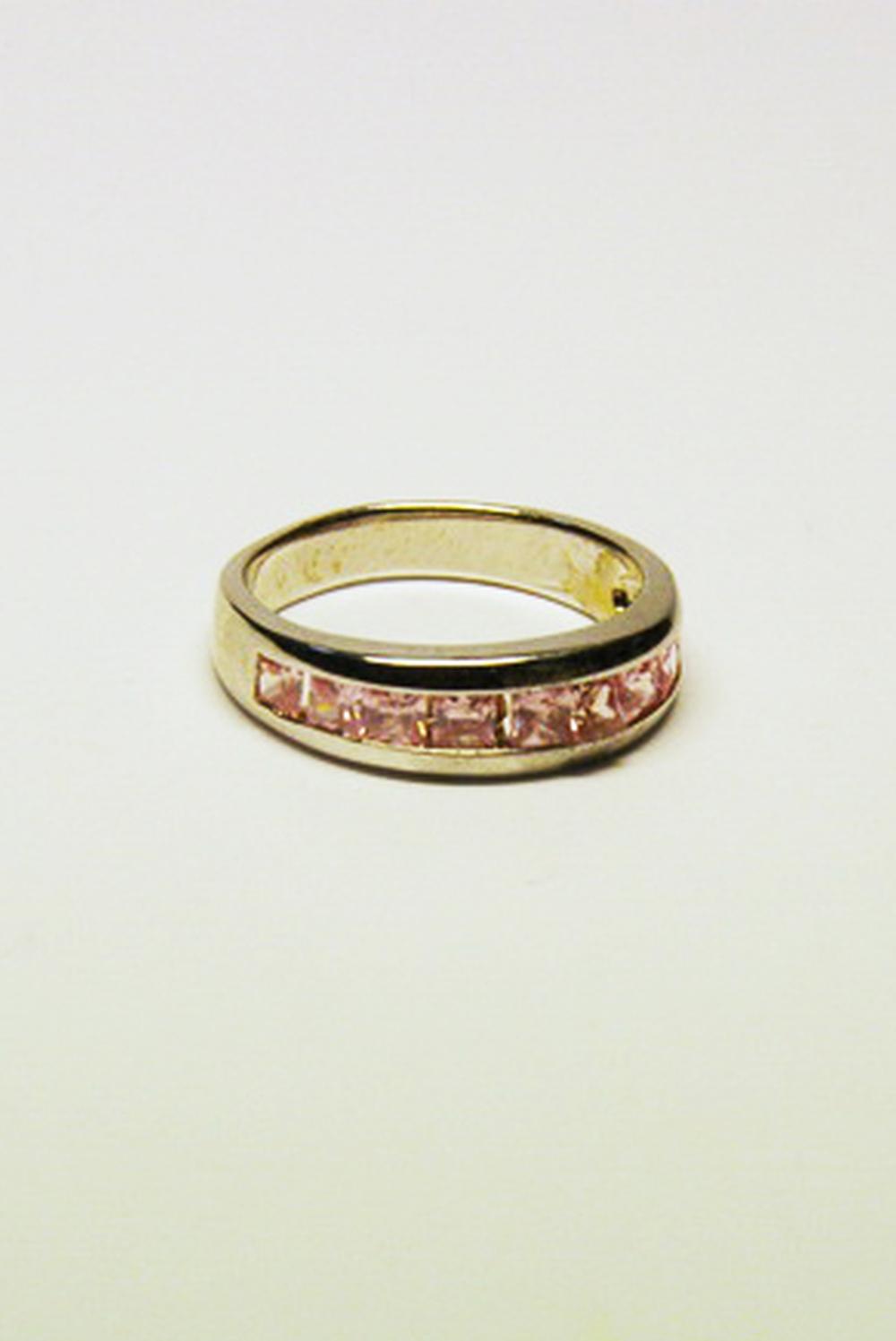 КольцоКольца<br>Искусно подобранный аксессуар – это незаменимый элемент образа стильной, уверенной в себе женщины Чудесное кольцо прекрасно подойдет к любому наряду, подчеркнув Вашу женственность, или преобразит обычную однотонную кофту, добавив Вашему внешнему виду изюминку.<br><br>По материалу: Гипоаллергенный сплав<br>По образу: Выпускной,Деним,Жизнь,Свидание,Театр,Торжество<br>По стилю: Нарядные,Романтические,Роскошные<br>По форме: Круглые<br>По элементам: Стразы<br>Размер : UNI<br>Материал: Гипоаллергенный сплав<br>Количество в наличии: 1