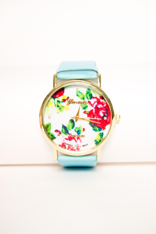 ЧасыЧасы<br>Оригинальные часы на широком кожаном браслете с большим циферблатом, циферблат украшен цветочным принтом.  Цвет: голубой<br><br>Размер : UNI<br>Материал: Искусственная кожа<br>Количество в наличии: 1