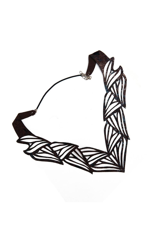 КольеОжерелья<br>Модное колье из кожи станет эффективным дополнением к вечернему платью, блузке или костюму.  Длина: 40 см, ширина: 4 см  Материал: тонкая натуральная кожа, металлическая фурнитура  Цвет: коричневый<br><br>По материалу: Кожа<br>По стилю: Повседневный стиль<br>Размер : UNI<br>Материал: Натуральная кожа<br>Количество в наличии: 3