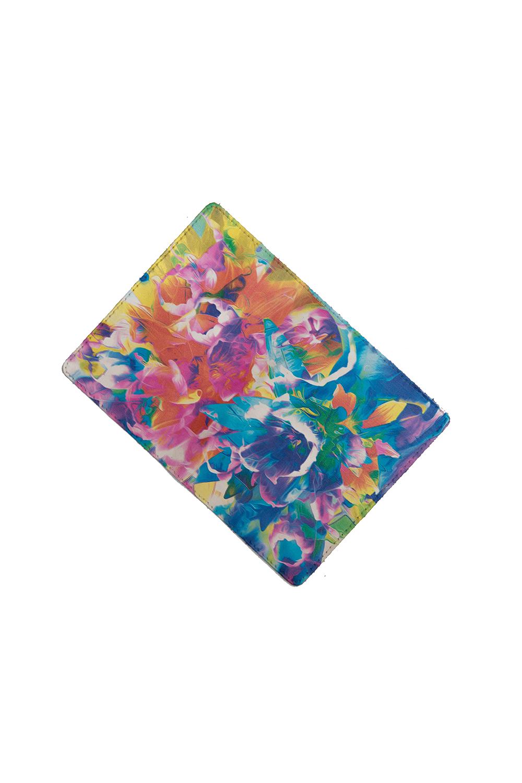 ОбложкаДля паспорта<br>Обложка для паспорта из натуральной кожи с цветочным принтом   Обложка для паспорта из натуральной кожи с ярким принтом – прочный, стильный и привлекательный аксессуар.  Длина: 19см, ширина: 14см  В изделии использованы цвета: голубой, оранжевый, розовый и др.<br><br>Размер : UNI<br>Материал: Натуральная кожа<br>Количество в наличии: 3