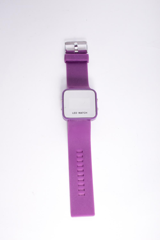 ЧасыЧасы<br>Классические  электронные часы на широком браслете.  Цвет: фиолетовый<br><br>По сезону: Всесезон<br>Размер : UNI<br>Материал: Металл, пластик<br>Количество в наличии: 2