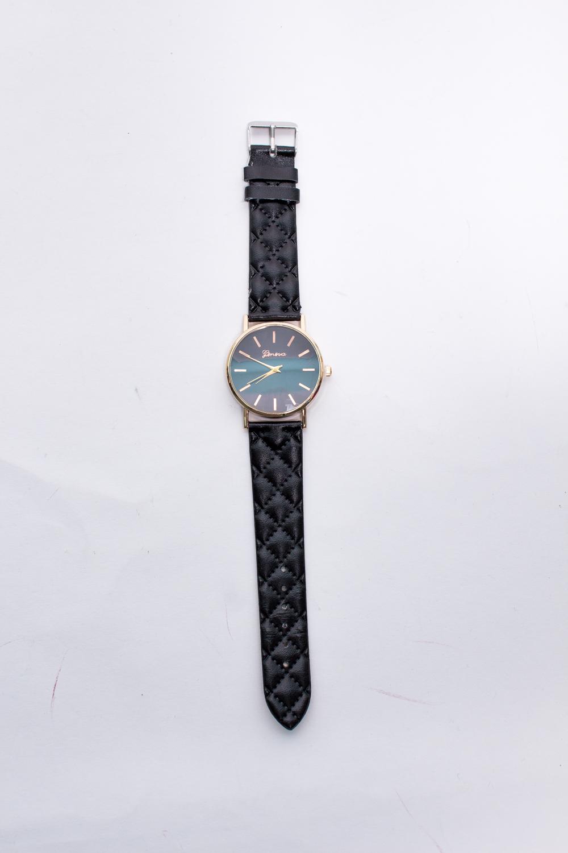 ЧасыЧасы<br>Элегантные часы на кожаном браслете.  В изделии использованы цвета: черный<br><br>По сезону: Всесезон<br>Размер : UNI<br>Материал: Искусственная кожа<br>Количество в наличии: 1