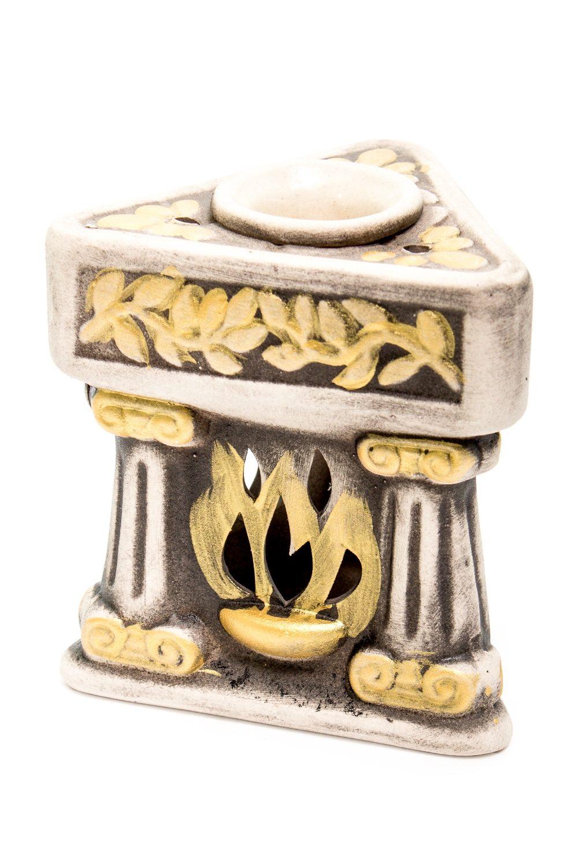 Аромалампа КаминАромалампы<br>Аромалампа Камин.  Аромалампа – источник вдохновения для домашней хозяйки. Она помогает создать атмосферу, наполнить дом целительными ароматами тайги или цветущего луга. Предостеречь от вирусных заболеваний зимой, помочь справится с недугом. Это самый простой и эффективный способ использования эфирных масел для всей семьи сразу.  Как пользоваться аромалампой: в верхнее блюдце наливается тёплая вода, в неё добавляется несколько капель эфирного масла, возможны различные сочетания, внизу зажигается свеча. За счет медленного нагрева воды, воздух наполняется испарениями эфирного масла. Количество капель эфирного масла зависит от величины помещения. В среднем из расчета 1-2 капли масла на 5 м. площади.  Размер: около 11 см.<br><br>Размер : UNI<br>Материал: Глина<br>Количество в наличии: 5