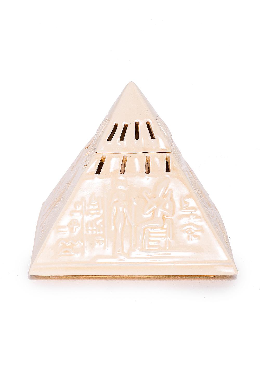 Аромалампа Пирамида новаяАромалампы<br>Аромалампа Пирамида новая  В изделии использованы цвета: молочный, светло-бежевый  Аромалампа – источник вдохновения для домашней хозяйки. Она помогает создать атмосферу, наполнить дом целительными ароматами тайги или цветущего луга. Предостеречь от вирусных заболеваний зимой, помочь справится с недугом. Это самый простой и эффективный способ использования эфирных масел для всей семьи сразу.  Как пользоваться аромалампой: в верхнее блюдце наливается тёплая вода, в неё добавляется несколько капель эфирного масла, возможны различные сочетания, внизу зажигается свеча. За счет медленного нагрева воды, воздух наполняется испарениями эфирного масла. Количество капель эфирного масла зависит от величины помещения. В среднем из расчета 1-2 капли масла на 5 м. площади.  Размер: около 15 см.<br><br>Размер : UNI<br>Материал: Глина<br>Количество в наличии: 3
