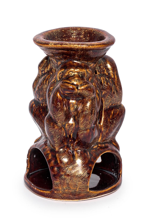 Аромалампа Три обезьяныАромалампы<br>Аромалампа Три обезьяны  В изделии использованы цвета: коричневый, золотой  Аромалампа – источник вдохновения для домашней хозяйки. Она помогает создать атмосферу, наполнить дом целительными ароматами тайги или цветущего луга. Предостеречь от вирусных заболеваний зимой, помочь справится с недугом. Это самый простой и эффективный способ использования эфирных масел для всей семьи сразу.  Как пользоваться аромалампой: в верхнее блюдце наливается тёплая вода, в неё добавляется несколько капель эфирного масла, возможны различные сочетания, внизу зажигается свеча. За счет медленного нагрева воды, воздух наполняется испарениями эфирного масла. Количество капель эфирного масла зависит от величины помещения. В среднем из расчета 1-2 капли масла на 5 м. площади.  Размер: около 16 см.<br><br>Размер : UNI<br>Материал: Глина<br>Количество в наличии: 2