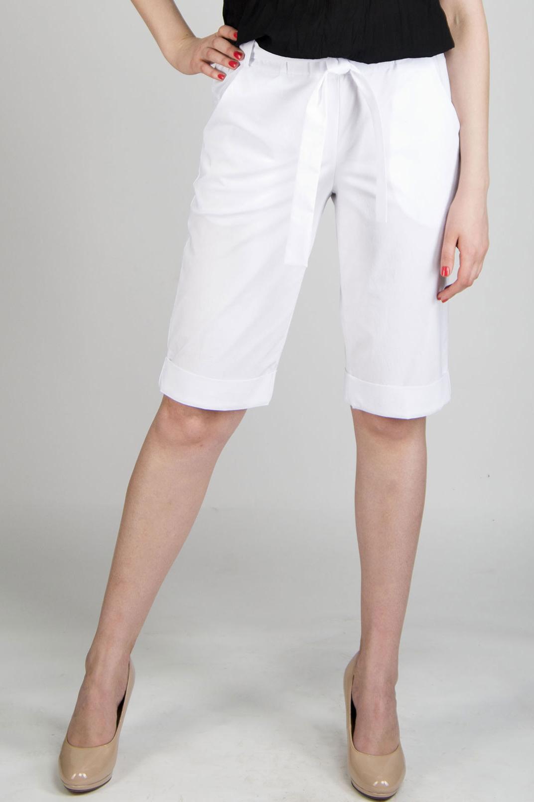 ШортыШорты<br>Яркие летние удлиненные шорты с карманами в боковых швах. Цвет: белый.<br><br>По материалу: Тканевые<br>По рисунку: Однотонные<br>По сезону: Лето<br>По стилю: Кэжуал,Классический стиль,Летний стиль,Молодежный стиль,Повседневный стиль<br>По форме: Брюки-шорты<br>По элементам: С декором,С карманами,С заниженной талией,С резинкой<br>По длине: До колена<br>Размер : 48<br>Материал: Костюмно-плательная ткань<br>Количество в наличии: 1