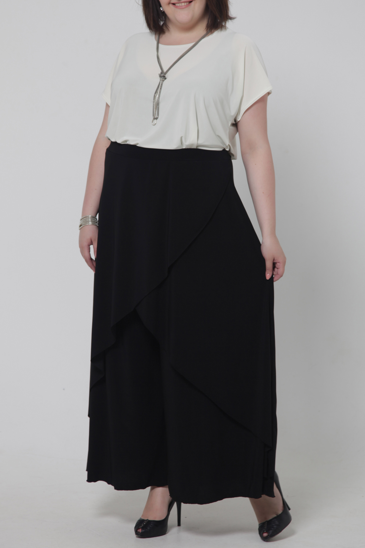 Брюки - юбкаБрюки<br>Брюки - юбка представляют собой сочетание длинной юбки и широких брюк, благодаря чему являются очень удобным, женственным и практичным предметом гардероба. Цвет: черный.<br><br>По длине: Удлиненные<br>По материалу: Вискоза,Трикотаж<br>По образу: Выход в свет,Город,Офис,Свидание<br>По рисунку: Однотонные<br>По сезону: Весна,Всесезон,Зима,Лето,Осень<br>По силуэту: Свободные<br>По форме: Брюки-клеш<br>По элементам: С декором,Со складками<br>Размер : 46,48,50,52,54,56,58,60,62,64,66<br>Материал: Холодное масло<br>Количество в наличии: 5