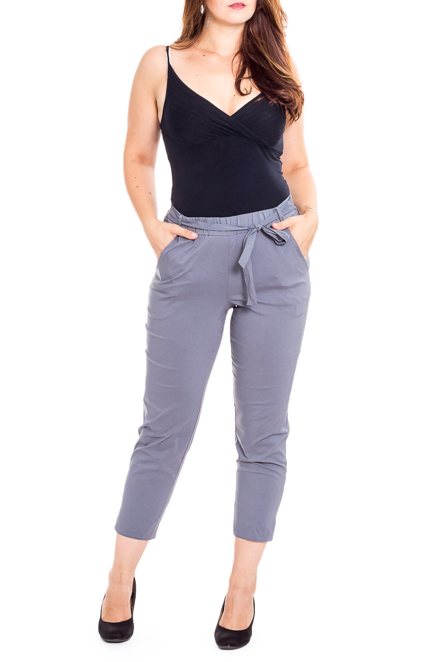 БрюкиБрюки<br>Чудесные женские укороченные брюки с карманами. Модель выполнена из плотного материала. Отличный выбор для повседневного и делового гардероба. Брюки без пояса.  Цвет: серый  Рост девушки-фотомодели 180 см.<br><br>По длине: Укороченные<br>По материалу: Тканевые<br>По рисунку: Однотонные<br>По силуэту: Полуприталенные<br>По стилю: Офисный стиль,Повседневный стиль<br>По форме: Зауженные<br>По элементам: С карманами<br>По сезону: Осень,Весна<br>Размер : 48-50<br>Материал: Костюмно-плательная ткань<br>Количество в наличии: 1