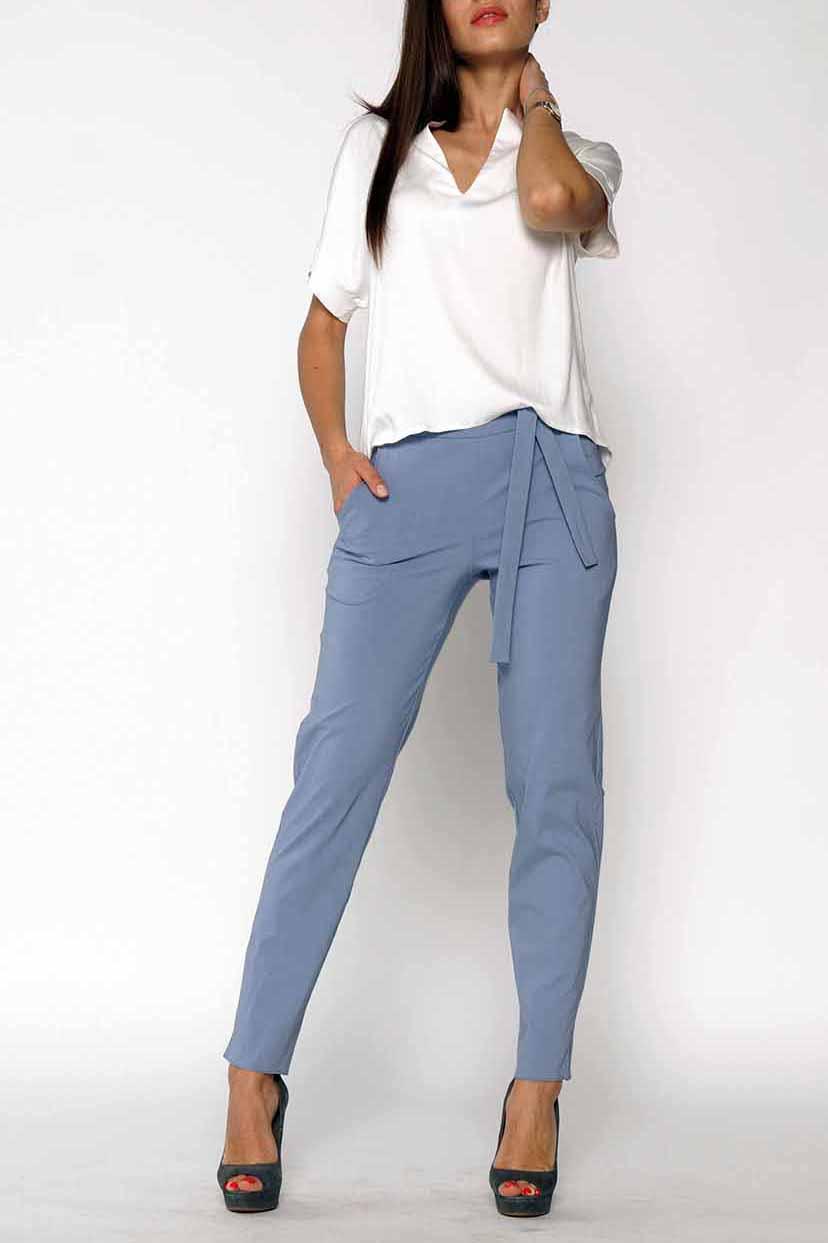 БрюкиБрюки<br>Чудесные женские укороченные брюки с карманами. Модель выполнена из плотного материала. Отличный выбор для повседневного и делового гардероба. Брюки без пояса.  Цвет: серый  Ростовка изделия 170 см<br><br>По длине: Укороченные<br>По материалу: Тканевые<br>По образу: Город,Офис<br>По рисунку: Однотонные<br>По силуэту: Полуприталенные<br>По стилю: Офисный стиль,Повседневный стиль<br>По форме: Зауженные<br>По элементам: С карманами<br>По сезону: Осень,Весна<br>Размер : 50,54,58<br>Материал: Костюмно-плательная ткань<br>Количество в наличии: 3