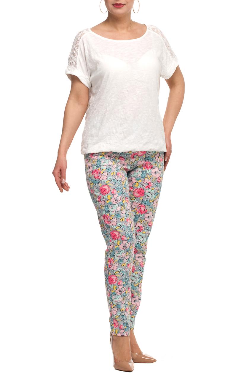 БрюкиБрюки<br>Красивые брюки с цветочным принтом. Модель выполнена из хлопкового материала. Отличный выбор для любого случая.  В изделии использованы цвета: серый, розовый, голубой и др.  Рост девушки-фотомодели 173 см.<br><br>По материалу: Хлопок<br>По рисунку: Растительные мотивы,С принтом,Цветные,Цветочные<br>По сезону: Весна,Лето<br>По силуэту: Приталенные<br>По стилю: Летний стиль,Повседневный стиль,Романтический стиль<br>По форме: Зауженные<br>Размер : 50,56,62,64,66,68<br>Материал: Хлопок<br>Количество в наличии: 6