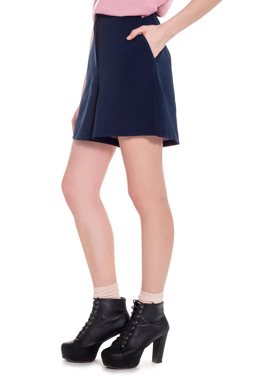 ШортыШорты<br>Классические шорты - юбка относятся к основным предметам базового гардероба каждой девушки. И это неудивительно, ведь классика всегда актуальна. Изделие выполненно из изысканной костюмной ткани высокого качества. Оригинальности образу добавит розовый подклад изделия.  Шорты с притачным поясом и застежкой на молнию и потайную кнопку. Карманы с отрезным бочком на передней части изделия.  Цвет: синий.  Рост девушки-фотомодели 168 см  Длина изделия: 40 размер - 45 ± 2 см 42 размер - 45 ± 2 см 44 размер - 45 ± 2 см 46 размер - 45 ± 2 см 48 размер - 47 ± 2 см 50 размер - 47 ± 2 см 52 размер - 47 ± 2 см<br><br>По длине: Мини,До колена<br>По материалу: Костюмные ткани,Тканевые<br>По рисунку: Однотонные<br>По сезону: Весна,Зима,Лето,Осень,Всесезон<br>По стилю: Классический стиль,Кэжуал,Летний стиль,Молодежный стиль,Офисный стиль,Повседневный стиль,Романтический стиль,Ультрамодный стиль<br>По форме: Брюки-шорты<br>По элементам: С декором,С завышенной талией,С карманами,С кнопками,С молнией,Со складками<br>Размер : 42,46,48,52<br>Материал: Костюмная ткань<br>Количество в наличии: 4