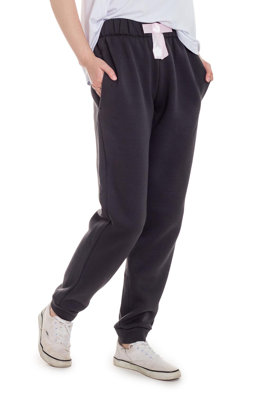 БрюкиСпортивная одежда<br>Спортивные штаны - это удобный и практичный предмет гардероба. Также их можно сочетать с повседневной одеждой. Спортивная одежда - это неотъемлемая часть гардероба современных модниц, которые ценят удобство и универсальность.  Брюки спортивные, с широкой резинкой по талии. Карманы в боковых швах. На передней части изделия декоративный бант. По низу притачные манжеты.  Цвет: серый.  Рост девушки-фотомодели 169 см  Длина изделия (по боковому шву) - 107 ± 2 см Длина изделия (по внутреннему шву) - 74 ± 2 см  При создании образа, который Вы видите на фотографии, также была использована стильная блузка арт. DG2616. Для просмотра модели введите артикул в строке поиска.<br><br>По длине: Макси<br>По материалу: Трикотаж,Флис<br>По образу: Город,Спорт<br>По рисунку: Однотонные<br>По сезону: Зима,Осень,Весна<br>По силуэту: Полуприталенные<br>По стилю: Молодежный стиль,Повседневный стиль,Ультрамодный стиль<br>По форме: Брюки<br>По элементам: С декором,С карманами,С манжетами<br>Размер : 42,44,48,50,52<br>Материал: Футер<br>Количество в наличии: 10