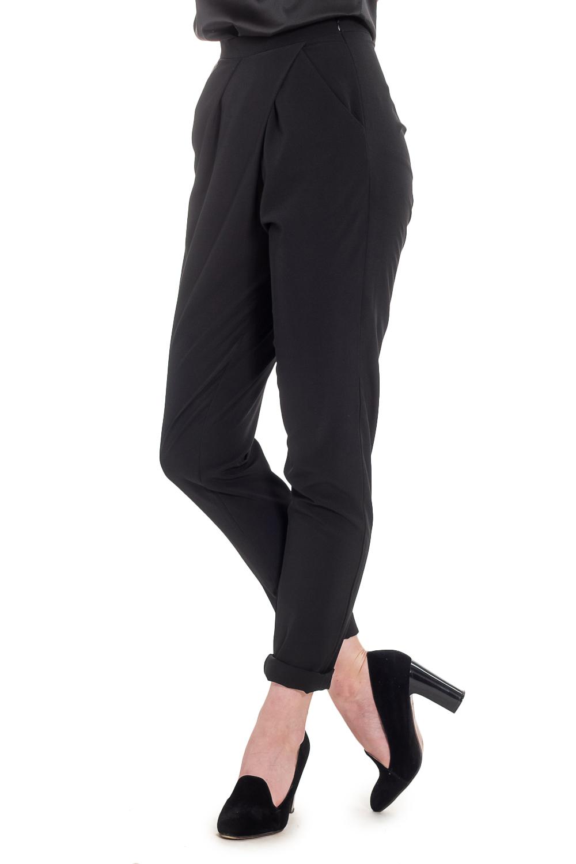 БрюкиБрюки<br>Прогрессивным и уверенным в себе женщинам определенно придутся по вкусу наши стильные, зауженные к низу брюки. Женские брюки вряд ли когда-либо выйдут из моды, ведь это не только практичный, но и сексуальный предмет одежды, который прекрасно подчеркивает достоинства женской фигуры.  Брюки с асимметричной складкой на передней части изделия. Карманы с отрезным бочком. Молния в боковом шве. Верхний срез с поясом. Цвет: черный.  Рост девушки-фотомодели 165 см  Длина изделия (по боковому шву) - 103 ± 2 см Длина изделия (по внутреннему шву) - 75 ± 2 см  При создании образа, который Вы видите на фотографии, также была использована стильная блузка арт. DG1416. Для просмотра модели введите артикул в строке поиска.<br><br>По материалу: Костюмные ткани,Тканевые<br>По рисунку: Однотонные<br>По сезону: Весна,Зима,Лето,Осень,Всесезон<br>По силуэту: Полуприталенные<br>По стилю: Кэжуал,Офисный стиль,Повседневный стиль<br>По форме: Зауженные<br>По элементам: С декором,С карманами,С молнией,Со складками<br>Размер : 42,44,46<br>Материал: Костюмная ткань<br>Количество в наличии: 12