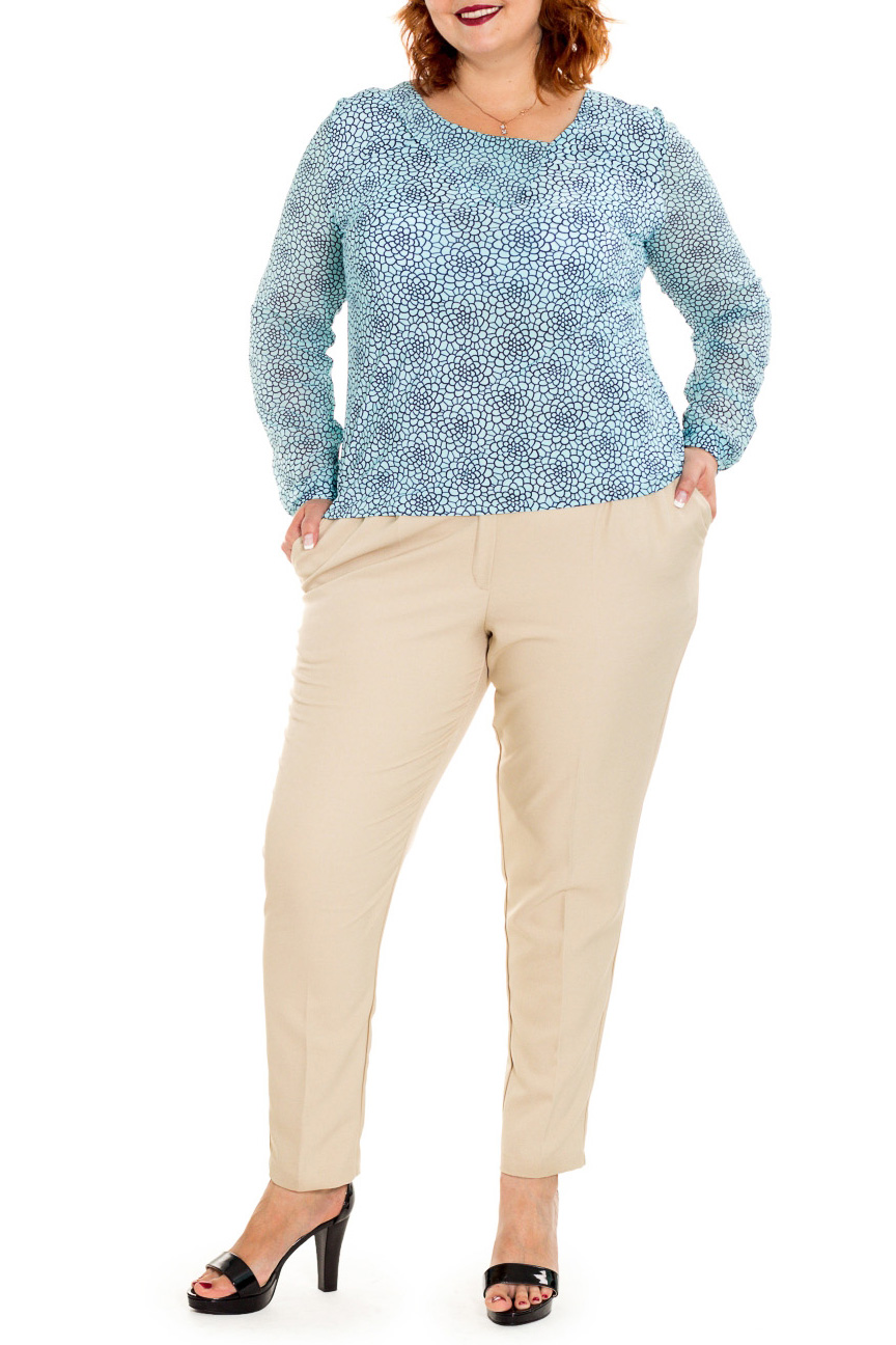 БрюкиБрюки<br>Бесспорный тренд последних модных сезонов - зауженные женские брюки, которые станут отличной заменой обычным классическим моделям. Дополните эти стильные брюки модными аксессуарами и завершите образ успешной женщины  Брюки с широким поясом, чуть ниже линии талии, зауженные книзу. На передней части изделия карманы с отрезным бочком, застежка на молнию с гульфиком.  Цвет: бежевый.  Рост девушки-фотомодели 176 см  Длина изделия по боковому шву - 104 ± 2 см  Длина внутреннего шва - 74,5 ± 2 см  При создании образа, который Вы видите на фотографии, также была использована стильная блузка арт. DG0916(2903+2902). Для просмотра модели введите артикул в строке поиска.<br><br>По материалу: Костюмные ткани<br>По образу: Город,Офис,Свидание<br>По рисунку: Однотонные<br>По сезону: Весна,Зима,Лето,Осень,Всесезон<br>По силуэту: Приталенные<br>По стилю: Классический стиль,Кэжуал,Офисный стиль,Повседневный стиль<br>По форме: Зауженные<br>По элементам: С заниженной талией,С карманами,С молнией,Со складками<br>Размер : 54,56,58,60,62,64,66<br>Материал: Костюмная ткань<br>Количество в наличии: 5
