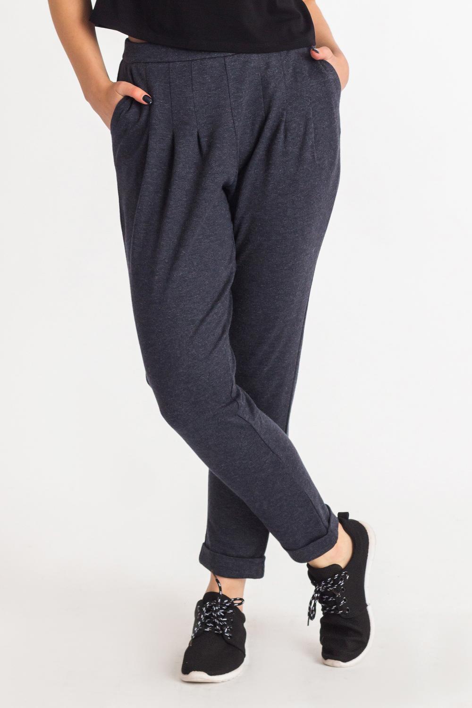 БрюкиБрюки<br>Прогрессивным и уверенным в себе женщинам определенно придутся по вкусу наши стильные, зауженные к низу брюки. Женские брюки вряд ли когда-либо выйдут из моды, ведь это не только практичный, но и сексуальный предмет одежды, который прекрасно подчеркивает достоинства женской фигуры.   Брюки на поясе с молнией в боковом шве, заужены к низу, с манжетой на отворот. На передней части изделия карманы с отрезным бочком и складки, застроченные до половины.   Цвет: серо-синий.  Рост девушки-фотомодели 180 см  Длина изделия (по боковому шву) - 98 ± 2 см Длина изделия (по внутреннему шву) - 72 ± 2 см  При создании образа, который Вы видите на фотографии, также была использована стильная майка арт. DG2616(647). Для просмотра модели введите артикул в строке поиска.<br><br>По материалу: Трикотаж<br>По рисунку: Однотонные<br>По силуэту: Полуприталенные<br>По стилю: Кэжуал,Молодежный стиль,Повседневный стиль,Ультрамодный стиль<br>По форме: Галифе<br>По элементам: С декором,С карманами,Со складками<br>По сезону: Осень,Весна<br>Размер : 42,46,48,52<br>Материал: Трикотаж<br>Количество в наличии: 4