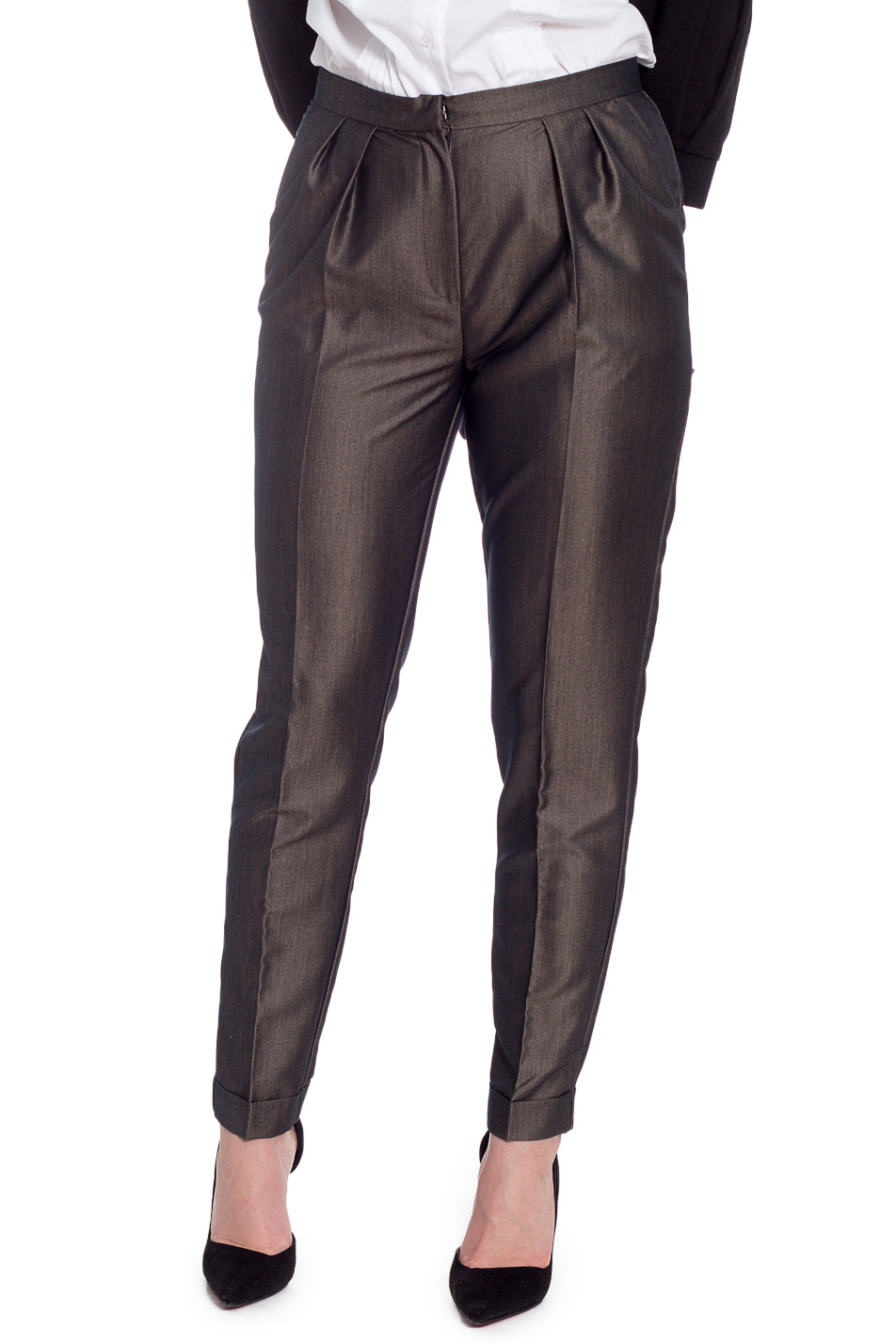 БрюкиБрюки<br>Ультрамодные женские брюки на поясе с чуть заниженной линией талии. На передней части изделия карманы с отрезным бочком, застежка на молнию с гульфиком и складки. По низу изделия манжеты на отворот.   Цвет: при близком расмотрении материал выполнен в мелкий черно-бежевый зигзаг.  Рост девушки-фотомодели 170 см  Длина изделия по боковому шву - 99 ± 2 см  Длина внутреннего шва - 71 ± 2 см<br><br>По длине: Укороченные<br>По материалу: Костюмные ткани<br>По рисунку: Однотонные<br>По сезону: Весна,Зима,Лето,Осень,Всесезон<br>По силуэту: Полуприталенные<br>По стилю: Кэжуал,Повседневный стиль<br>По форме: Галифе<br>По элементам: С декором,С заниженной талией,С карманами,С молнией,Со складками,Со стрелками<br>Размер : 46,48,50,52<br>Материал: Костюмная ткань<br>Количество в наличии: 17