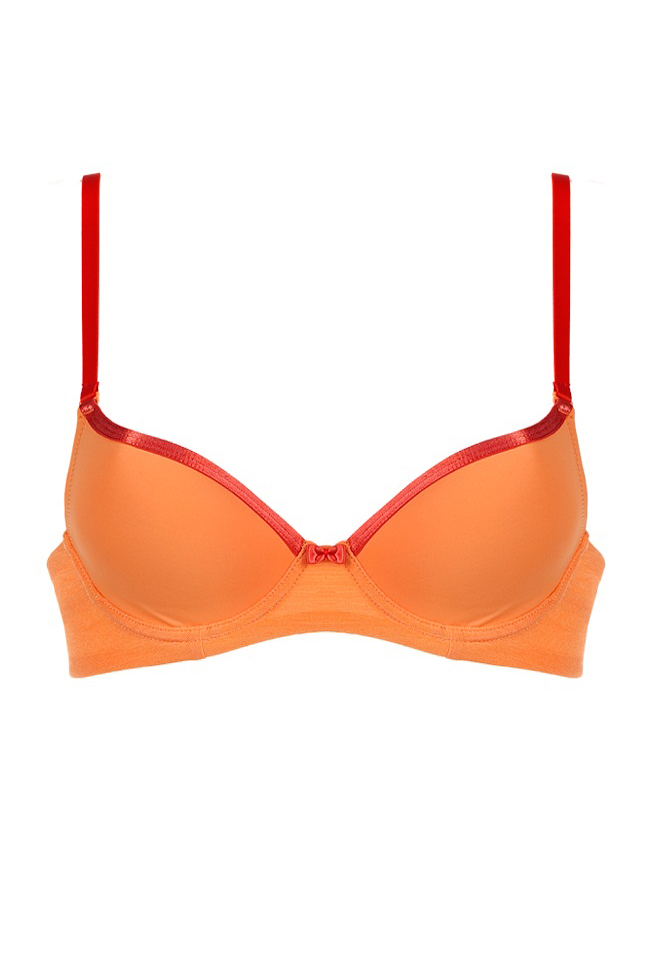 БюстгальтерБюстгальтеры<br>Оранжевый пуш-ап бюстгальтер, выполненный в лёгком спортивном стиле, идеален для ежедневного гардероба Приятная эластичная ткань в основе, жёсткие чашки и поддерживающие пуш-ап вставки. Края чашек декорированы атласной тесьмой тёмно-оранжевого цвета, плавно переходящей в аналогичного оттенка бретели.  Цвет: оранжевый  Размер бюстгальтера определяется в два этапа: 1) Измерить объем груди - измерьте сантиметровой лентой обхват сразу под грудью. Ближайшее значение в сантиметрах, кратное 5, и будет размером бюстгальтера в российской и европейской системе размеров. 2)Определить размер чашки бюстгальтера - измерьте объем по самым выступающим точкам груди. Теперь посчитайте разницу в объемах по груди и под грудью. Разница в сантиметрах соответствует размеру чашки бюстгальтера. Разница 10-12 см. - размер чашки A  Разница 13-15 см. - размер чашки B Разница 15-17 см. - размер чашки C Разница 18-20 см. - размер чашки D Разница 20-22 см. - размер чашки DD Разница 23-25 см. - размер чашки E Разница 26-28 см. - размер чашки F<br><br>Бретели: Регулируемые бретели,Тонкие бретели<br>По рисунку: Однотонные,Цветные<br>По типу застежки: На крючках<br>По форме: Push up<br>По сезону: Всесезон<br>По материалу: Синтетические волокна,Трикотаж<br>Размер : B80,C70,C75<br>Материал: Холодное масло<br>Количество в наличии: 3