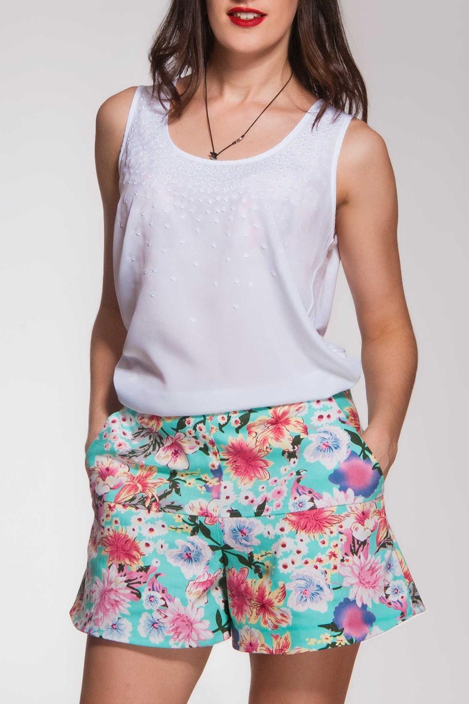 Юбка-шортыШорты<br>Резные шорты-юбка из джинсовой тонкой ткани. Отличная вещь для летнего отдыха. Карманы рабочие.  В изделии использованы цвета: голубой, розовый и др.  Ростовка изделия 176-182 см.<br><br>По длине: До колена<br>По материалу: Джинс,Хлопок<br>По рисунку: Растительные мотивы,С принтом,Цветные,Цветочные<br>По стилю: Летний стиль,Молодежный стиль<br>По элементам: С карманами<br>По сезону: Лето<br>Размер : 40,44,46<br>Материал: Джинс<br>Количество в наличии: 4