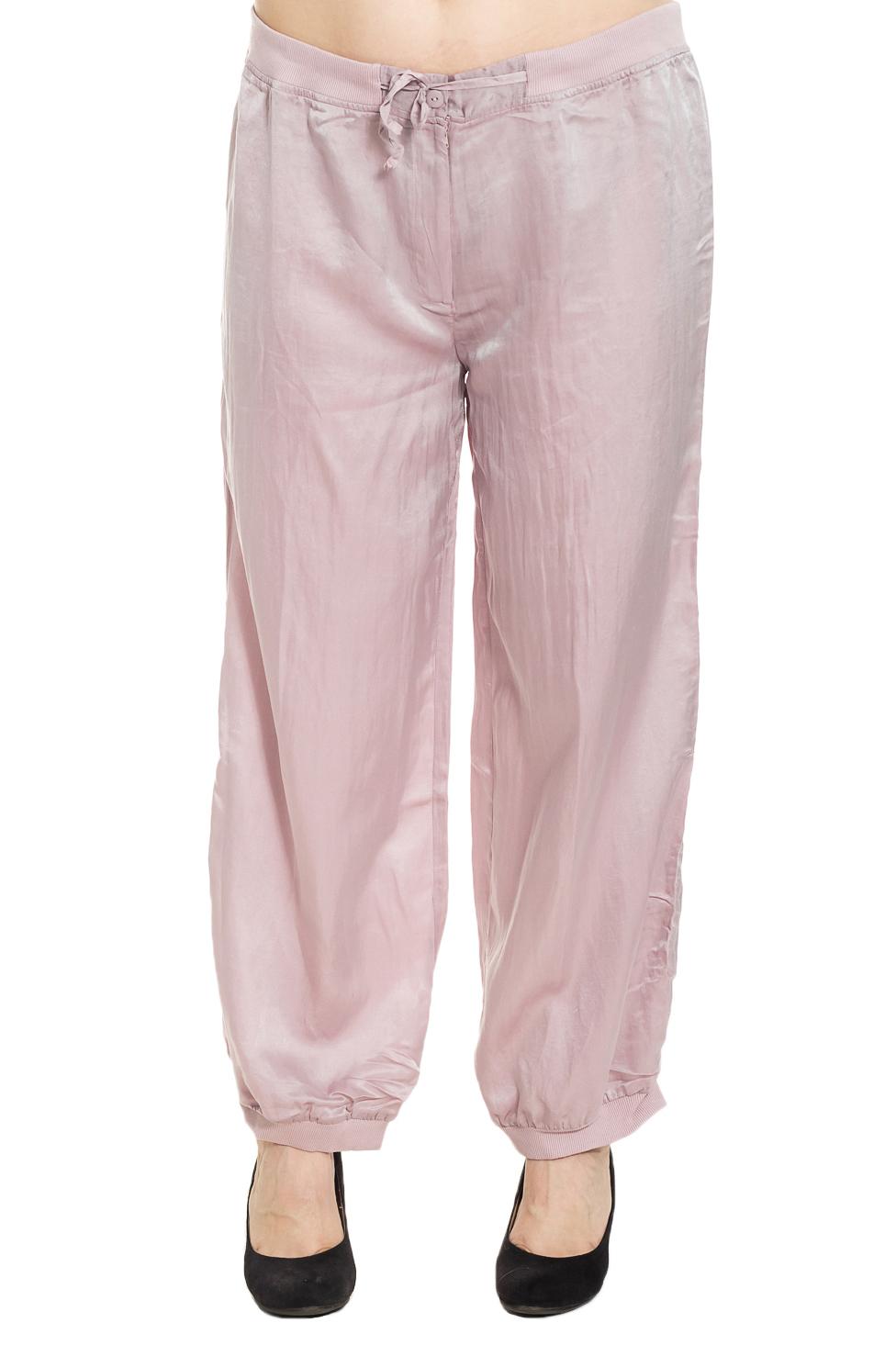 БрюкиБрюки<br>Универсальные брюки из приятного материала. Отличный выбор для повседневного гардероба.  Цвет: розовый  Рост девушки-фотомодели 180 см.<br><br>По длине: Удлиненные<br>По материалу: Шелк<br>По образу: Город,Свидание<br>По рисунку: Однотонные<br>По силуэту: Полуприталенные<br>По стилю: Повседневный стиль<br>По элементам: С резинкой<br>По сезону: Лето<br>Размер : 44,46,48,50,54,60,64,68<br>Материал: Шелк<br>Количество в наличии: 23
