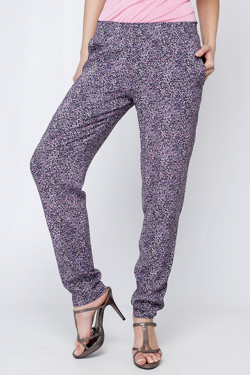 БрюкиБрюки<br>Цветные женские брюки свободного силуэта. Модель выполнена из хлопкового материала. Отличный выбор для летнего гардероба. Брюки без пояса.  Параметры изделия:  44 размер: полуобхват по линии бедра 54см, длина изделия 103см;  52 размер: полуобхват по линии бедра 61см, длина изделия 106см  Цвет: сиреневый, белый, фиолетовый  Рост девушки-фотомодели 170 см<br><br>По материалу: Хлопок<br>По рисунку: С принтом,Цветные<br>По силуэту: Свободные<br>По стилю: Повседневный стиль<br>По элементам: С карманами<br>По сезону: Лето<br>Размер : 42,44,48<br>Материал: Хлопок<br>Количество в наличии: 3