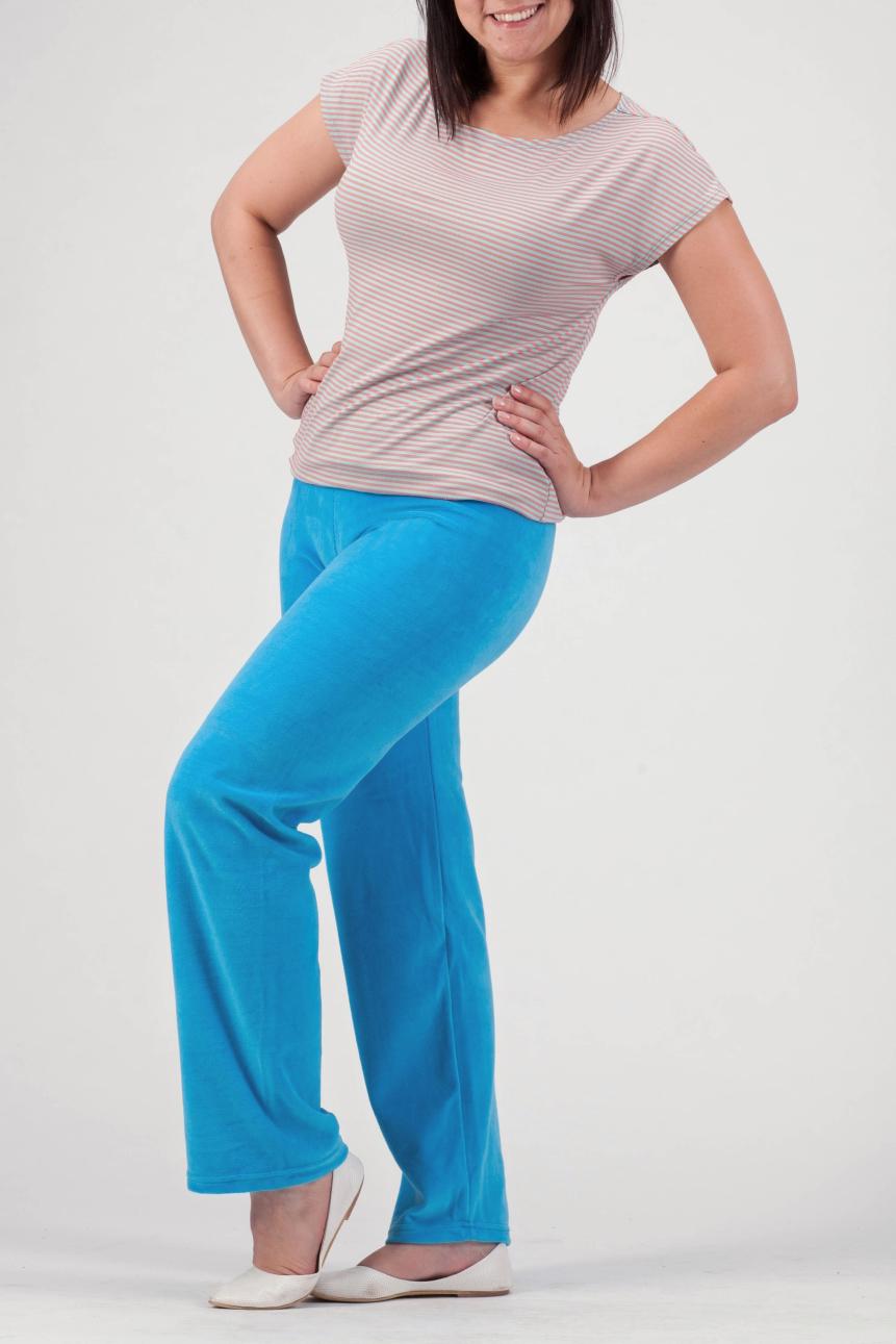 БрюкиБрюки<br>Однотонные брюки из мягкого велюра. Отличный выбор для занятий спортом или активного отдыха.  Цвет: голубой  Рост девушки-фотомодели 170 см.<br><br>По материалу: Трикотаж<br>По образу: Город,Спорт<br>По рисунку: Однотонные<br>По силуэту: Полуприталенные<br>По стилю: Повседневный стиль,Спортивный стиль<br>По сезону: Осень,Весна<br>Размер : 48,50,52,54,56<br>Материал: Велюр<br>Количество в наличии: 2