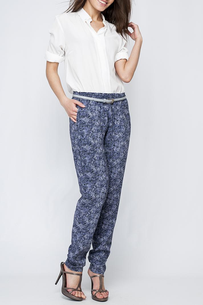 БрюкиБрюки<br>Цветные женские брюки свободного силуэта. Модель выполнена из хлопкового материала. Отличный выбор для летнего гардероба. Брюки без пояса.  Параметры изделия:  44 размер: полуобхват по линии бедра 54см, длина изделия 103см;  52 размер: полуобхват по линии бедра 61см, длина изделия 106см  Цвет: синий, белый, голубой  Рост девушки-фотомодели 170 см<br><br>По материалу: Хлопок<br>По рисунку: Растительные мотивы,С принтом,Цветные,Цветочные<br>По силуэту: Свободные<br>По стилю: Повседневный стиль<br>По сезону: Лето<br>Размер : 42,44<br>Материал: Хлопок<br>Количество в наличии: 2