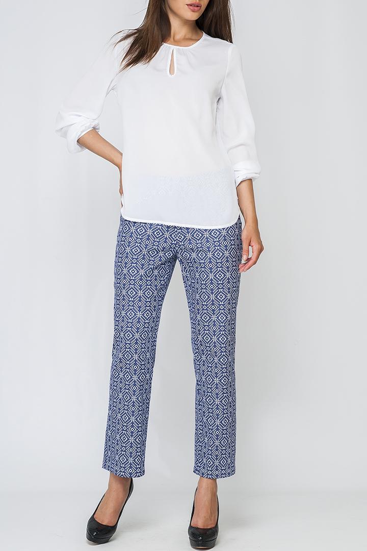 БрюкиБрюки<br>Укороченные брюки полуприталенного силуэта. Модель  выполнена из приятного материала. Отличный выбор для повседневного гардероба.  Параметры изделия: 50 размер: полуобхват бедер - 55,5см, длина бокового шва - 94см;  60 размер: полуобхват бедер - 64см, длина бокового шва - 98см.  Цвет: синий, голубой  Рост девушки-фотомодели 170 см<br><br>По длине: Укороченные<br>По материалу: Костюмные ткани,Тканевые,Хлопок<br>По образу: Город,Свидание<br>По рисунку: С принтом,Цветные<br>По силуэту: Полуприталенные<br>По стилю: Повседневный стиль<br>По сезону: Лето<br>Размер : 42<br>Материал: Костюмная ткань<br>Количество в наличии: 1
