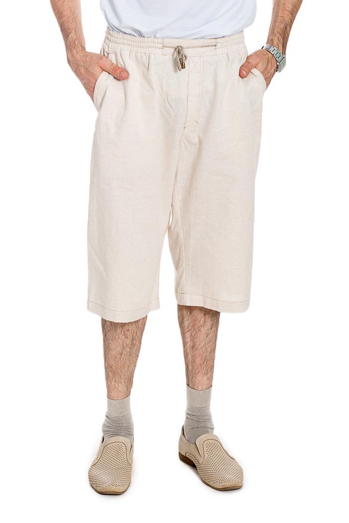 КаприШорты<br>Удлиненные шорты с карманами. Модель выполнена из ткани с добавлением льна. Отличный выбор для летнего гардероба.  Цвет: бежевый  Рост мужчины-фотомодели 177 см<br><br>По сезону: Лето<br>Размер : 52<br>Материал: Лен<br>Количество в наличии: 1