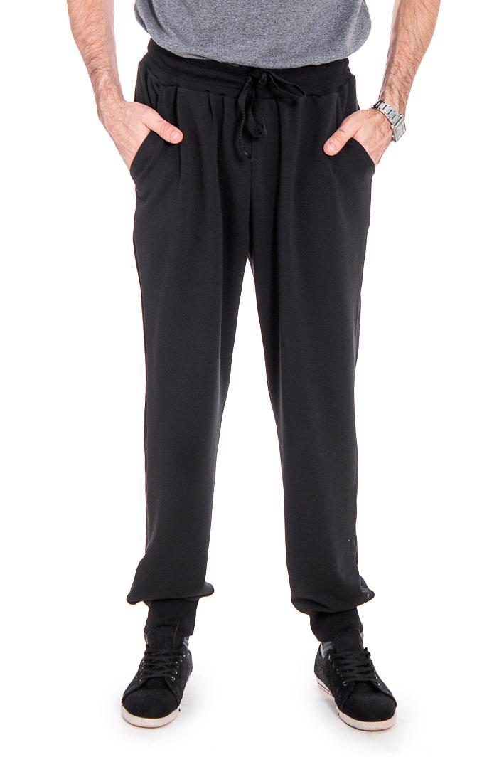 БрюкиБрюки<br>Удобные и практичные мужские брюки. Модель выполнена из эластичного трикотажа. Отличный выбор для занятий спортом или активного отдыха. Ростовка изделия 182 см.  Цвет: темно-серый  Рост мужчины-фотомодели 177 см<br><br>По сезону: Всесезон<br>Размер : 52<br>Материал: Трикотаж<br>Количество в наличии: 2