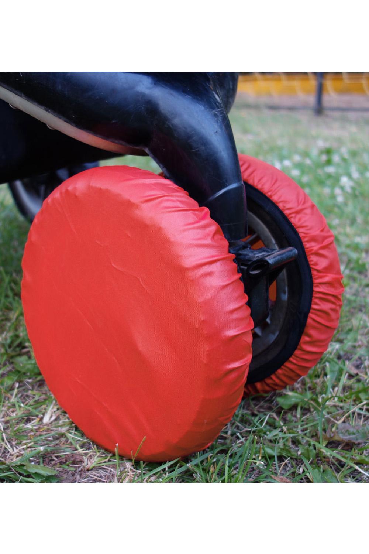 ЧехлыАксессуары<br>Простое решение для защиты от грязи и слякоти в осенне-зимнее время года.  То, что с малышом нужно чаще гулять, знают все. Но как же неохота после этого каждый раз мыть колёса у коляски. А и не нужно Представляем необычайно удобную вещь – специальные чехлы на колёса коляски.  Это прекрасная защита от грязи и слякоти. Незаменимы при ситуации, когда малыш заснул во время прогулки – ведь будить его не хочется. Просто наденьте чехлы на колёса и закатите коляску домой. Чистый пол и хорошее настроение проснувшегося малыша вам обеспечены. Ткань, из которой сделаны чехлы, легко стирается. Размеры чехлов универсальны и рассчитаны практически на любой тип коляски.  Удобно и просто. • защита от грязи и слякоти • не нужно после каждого выхода на улицу мыть колеса коляски • если малыш заснул на прогулке, а нужно уже возвращаться – просто оденьте на колеса чехлы и закатите коляску домой • удобная конструкция предотвратит высыпание засохшей грязи  В наборе 4 шт., d=18-28 см  Цвет: красный<br><br>По сезону: Всесезон<br>Размер : UNI<br>Материал: Болонья<br>Количество в наличии: 1