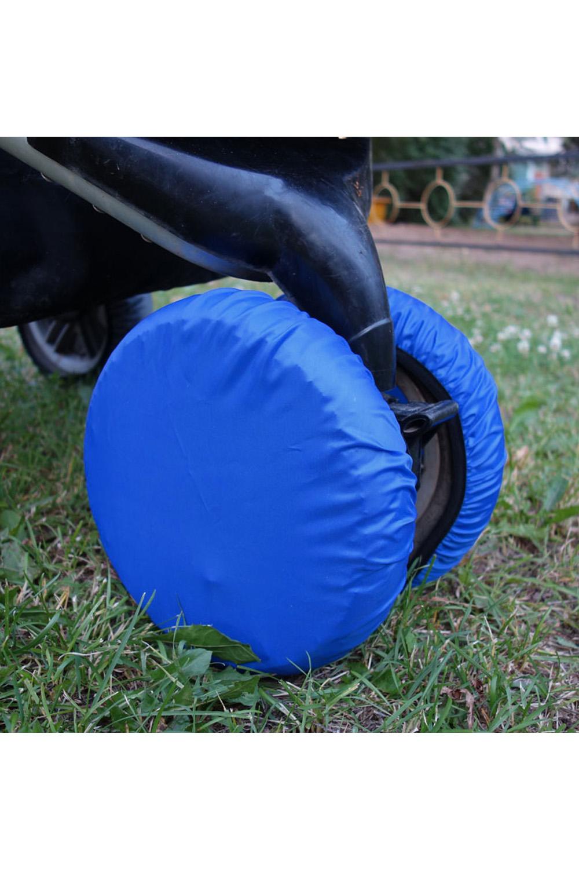 ЧехлыАксессуары<br>Простое решение для защиты от грязи и слякоти в осенне-зимнее время года.  То, что с малышом нужно чаще гулять, знают все. Но как же неохота после этого каждый раз мыть колёса у коляски. А и не нужно Представляем необычайно удобную вещь – специальные чехлы на колёса коляски.  Это прекрасная защита от грязи и слякоти. Незаменимы при ситуации, когда малыш заснул во время прогулки – ведь будить его не хочется. Просто наденьте чехлы на колёса и закатите коляску домой. Чистый пол и хорошее настроение проснувшегося малыша вам обеспечены. Ткань, из которой сделаны чехлы, легко стирается. Размеры чехлов универсальны и рассчитаны практически на любой тип коляски.  Удобно и просто. • защита от грязи и слякоти • не нужно после каждого выхода на улицу мыть колеса коляски • если малыш заснул на прогулке, а нужно уже возвращаться – просто оденьте на колеса чехлы и закатите коляску домой • удобная конструкция предотвратит высыпание засохшей грязи  В наборе 2 шт., d=18-28 см  Цвет: синий<br><br>По сезону: Всесезон<br>Размер : UNI<br>Материал: Болонья<br>Количество в наличии: 1
