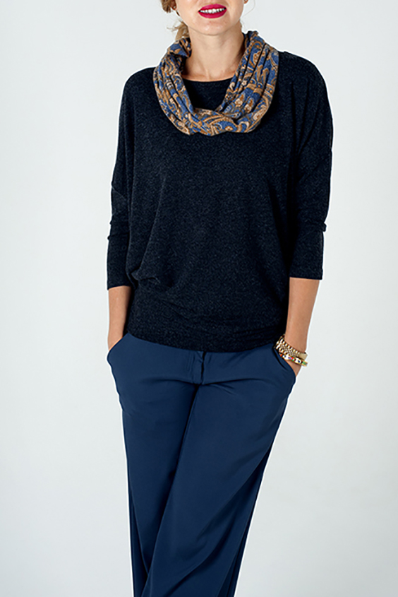 БлузкаБлузки<br>Чудесная блузка свободного силуэта. Модель выполнена из приятного трикотажа. Отличный выбор для повседневного гардероба. Блузка без шарфика.  Цвет: синий  Ростовка изделия 170 см.<br><br>Горловина: С- горловина<br>По материалу: Вискоза,Трикотаж<br>По рисунку: С принтом,Цветные<br>По сезону: Весна,Зима,Лето,Осень,Всесезон<br>По силуэту: Свободные<br>По стилю: Повседневный стиль<br>Рукав: Рукав три четверти<br>Размер : 46-48,50-52<br>Материал: Трикотаж<br>Количество в наличии: 2