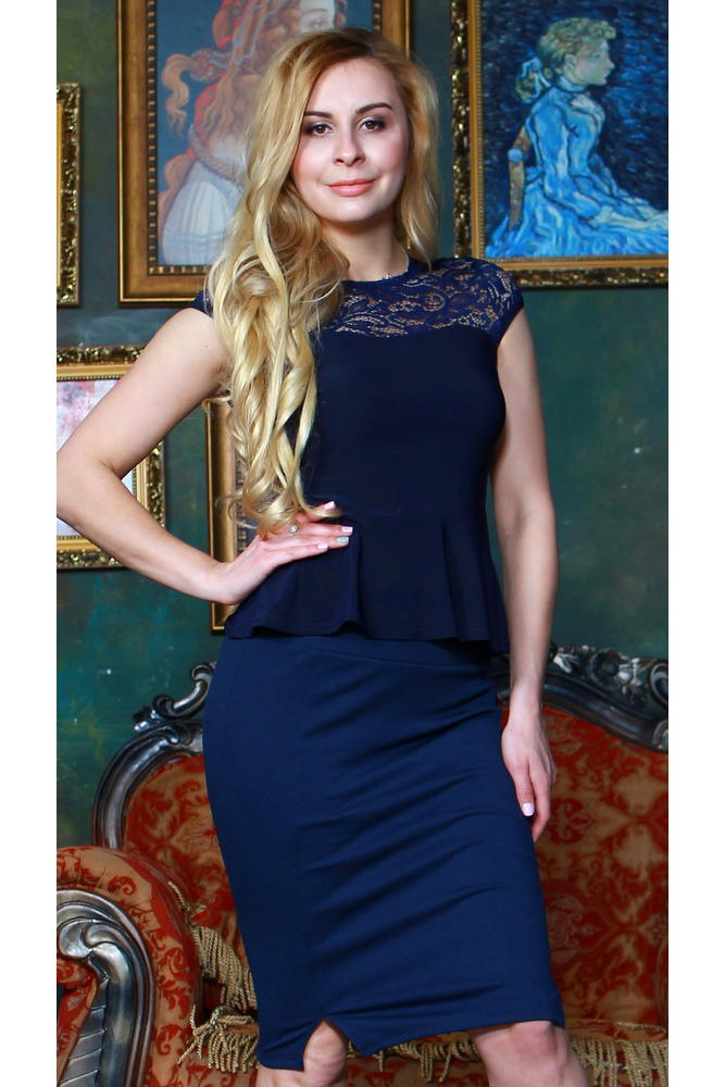 БлузкаБлузки<br>Комбинированная блузка из легкого трикотажного полотна прилегающего силуэта. Кокетка и рукав-фонарик выполнены из гипюра на атласной основе, по низу блузы-баска.   Длина изделия от 55 см, в зависимости от размера.  Цвет: синий  Рост девушки-фотомодели 175 см<br><br>Горловина: С- горловина<br>По материалу: Вискоза,Гипюр,Трикотаж<br>По рисунку: Однотонные<br>По сезону: Весна,Зима,Лето,Осень,Всесезон<br>По силуэту: Приталенные<br>По стилю: Нарядный стиль,Повседневный стиль<br>По элементам: С баской,С декором<br>Рукав: Короткий рукав<br>Размер : 42,44,46,50,54<br>Материал: Холодное масло + Гипюр<br>Количество в наличии: 5