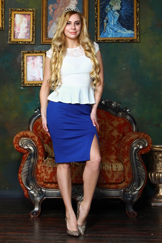БлузкаБлузки<br>Комбинированная блузка из легкого трикотажного полотна прилегающего силуэта. Кокетка и рукав фонарик выполнены из гипюра на атласной основе, по низу блузы - баска.   Длина изделия от 55 см, в зависимости от размера.  Цвет: белый  Рост девушки-фотомодели 175 см<br><br>Горловина: С- горловина<br>По материалу: Вискоза,Гипюр,Трикотаж<br>По рисунку: Однотонные<br>По сезону: Весна,Зима,Лето,Осень,Всесезон<br>По силуэту: Приталенные<br>По стилю: Летний стиль,Офисный стиль,Повседневный стиль,Романтический стиль<br>По элементам: С баской,С декором<br>Рукав: Короткий рукав<br>Размер : 44,46,48,50,52<br>Материал: Холодное масло + Гипюр<br>Количество в наличии: 6