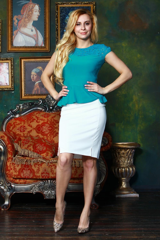 БлузкаБлузки<br>Комбинированная блузка из легкого трикотажного полотна прилегающего силуэта. Кокетка и рукав фонарик выполнены из гипюра на атласной основе, по низу блузы - баска.   Длина изделия от 55 см, в зависимости от размера.  Цвет: бирюзовый  Рост девушки-фотомодели 175 см<br><br>Горловина: С- горловина<br>По материалу: Вискоза,Гипюр,Трикотаж<br>По рисунку: Однотонные<br>По сезону: Весна,Зима,Лето,Осень,Всесезон<br>По силуэту: Приталенные<br>По стилю: Летний стиль,Офисный стиль,Повседневный стиль,Романтический стиль<br>По элементам: С баской,С декором<br>Рукав: Короткий рукав<br>Размер : 42,44,48,52,54<br>Материал: Холодное масло + Гипюр<br>Количество в наличии: 5