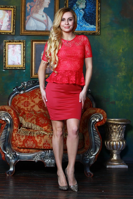 БлузкаБлузки<br>Комбинированная блузка из легкого трикотажного полотна прилегающего силуэта. Кокетка и рукав фонарик выполнены из гипюра на атласной основе, по низу блузы - баска.   Длина изделия от 55 см, в зависимости от размера.  Цвет: красный  Рост девушки-фотомодели 175 см<br><br>Горловина: С- горловина<br>По материалу: Вискоза,Гипюр,Трикотаж<br>По рисунку: Однотонные<br>По сезону: Весна,Зима,Лето,Осень,Всесезон<br>По силуэту: Приталенные<br>По стилю: Повседневный стиль,Нарядный стиль<br>По элементам: С баской,С декором<br>Рукав: Короткий рукав,До локтя<br>Размер : 42,44,46,50,52<br>Материал: Гипюр<br>Количество в наличии: 5