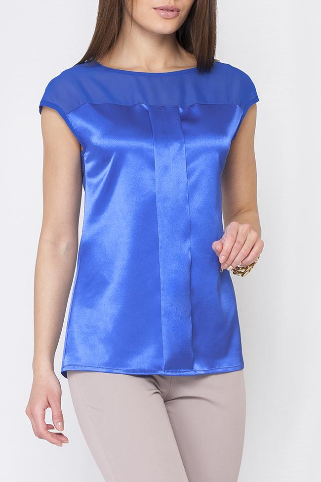 БлузкаБлузки<br>Нарядная блузка с короткими рукавами. Модель выполнена из гладкого атласа. Отличный выбор для любого торжества. Ремень в комплект не входит.   Параметры изделия:  44 размер: обхват по линии груди 98 см, обхват по линии бедер 104 см, длина изделия - 62 см,;  52 размер: обхват по линии груди 114 см, обхват по линии бедер 120 см, длина изделия - 66,3 см. Рост модели 170 см  Цвет: синий  Рост девушки-фотомодели 170 см<br><br>Горловина: С- горловина<br>По материалу: Атлас<br>По рисунку: Однотонные<br>По сезону: Весна,Зима,Лето,Осень,Всесезон<br>По силуэту: Полуприталенные<br>По стилю: Нарядный стиль,Повседневный стиль,Вечерний стиль,Летний стиль<br>Рукав: Короткий рукав<br>Размер : 42,44<br>Материал: Атлас<br>Количество в наличии: 2