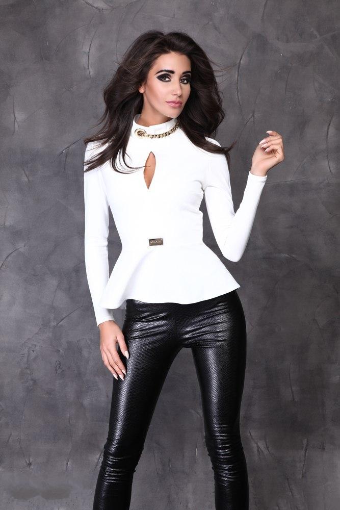 БлузкаБлузки<br>Необычная блузка, которая подойдет молодой девушке или стройной женщине. Длинный узкий рукав позволит носить ее зимой и осенью, в прохладные весенние дни. Фасон выглядит очень необычно: модель прилегает к фигуре, отрезная по линии талии, с декором. Это небольшое металлическое украшение, имитирующее маленькую прямоугольную брошку, оно расположено прямо на талии. Дальше идет широкая баска, скроенная по косой. Она ложится мягкими складками, драпируясь на бедрах. Такой вариант особенно подходит девушкам с узкими бедрами: он подчеркивает талию и слегка расширяется книзу, демонстрируя естественные линии тела.  Передняя часть кофточки сшита из двух половинок. Начиная от линии груди, шов расходится, а вверху у ворота снова соединяется, образуя небольшой кокетливый вырез, слегка приоткрывающий грудь. Воротничок – стойка, состоящая из двух частей, которые соединены необычным способом. Справа – специально пробитое в ткани отверстие, люверс, которое смотрится как небольшое металлическое колечко. Слева – такая же золотистая металлическая цепочка, которая соединяется с люверсом. Выглядит такая композиция с цепочкой очень свежо и необычно. Сзади от горловины до конца баски кофточка застегивается на длинную «молнию», которая становится дополнительным украшением модели. Длинная продольная линия зрительно делает фигуру более стройной и подтянутой. Ткань – современное синтетическое волокно «кукуруза», которое сделано на основе кукурузного крахмала. Она мягкая, легкая, приятная на ощупь, хорошо согревает, сохраняет свой цвет и эластичность даже при многочисленных стирках.  В изделии использованы цвета: белый  Рост девушки-фотомодели 170 см.<br><br>Воротник: Стойка<br>По материалу: Трикотаж<br>По рисунку: Однотонные<br>По сезону: Весна,Зима,Лето,Осень,Всесезон<br>По силуэту: Приталенные<br>По стилю: Нарядный стиль,Повседневный стиль<br>По элементам: С баской,С декором<br>Рукав: Длинный рукав<br>Размер : 42-44,44-46<br>Материал: Трикотаж<br>Количество в наличии: 2