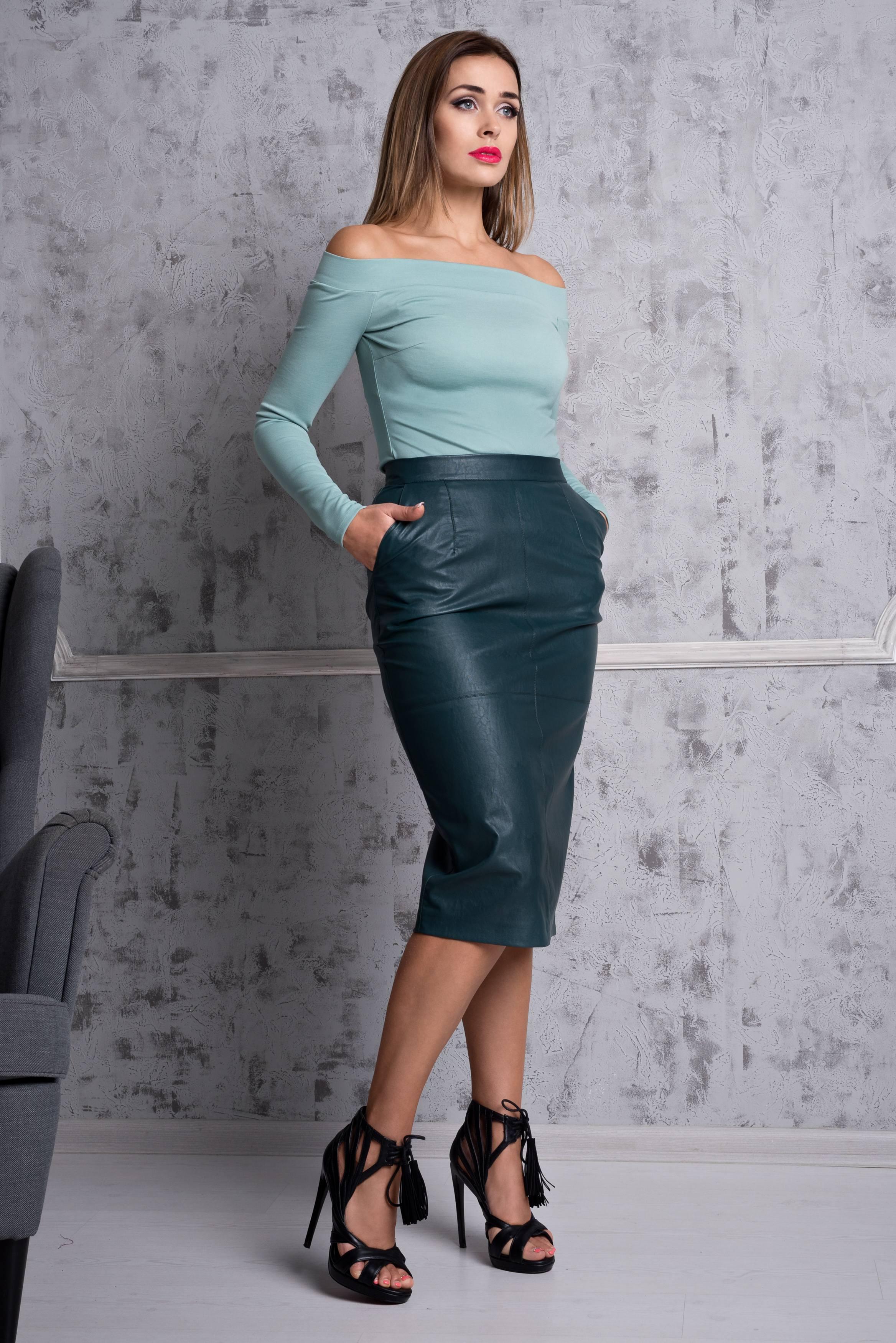 БлузкаБлузки<br>Эффектная блузка облегающего силуэта со спущенными плечами. Модель выполнена из плотного трикотажа. Отличный выбор для любого случая.  В изделии использованы цвета: ментоловый  Ростовка изделия 170 см.<br><br>Горловина: Лодочка<br>По материалу: Трикотаж<br>По рисунку: Однотонные<br>По сезону: Весна,Зима,Лето,Осень,Всесезон<br>По силуэту: Приталенные<br>По стилю: Повседневный стиль<br>По элементам: С открытыми плечами<br>Рукав: Длинный рукав<br>Размер : 40,42,44,46,48-50<br>Материал: Джерси<br>Количество в наличии: 5