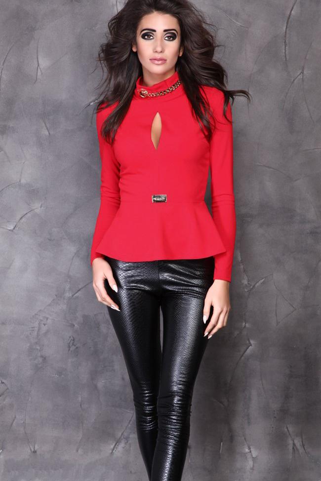 БлузкаБлузки<br>Необычная блузка, которая подойдет молодой девушке или стройной женщине. Длинный узкий рукав позволит носить ее зимой и осенью, в прохладные весенние дни. Фасон выглядит очень необычно: модель прилегает к фигуре, отрезная по линии талии, с декором. Это небольшое металлическое украшение, имитирующее маленькую прямоугольную брошку, оно расположено прямо на талии. Дальше идет широкая баска, скроенная по косой. Она ложится мягкими складками, драпируясь на бедрах. Такой вариант особенно подходит девушкам с узкими бедрами: он подчеркивает талию и слегка расширяется книзу, демонстрируя естественные линии тела.  Передняя часть кофточки сшита из двух половинок. Начиная от линии груди, шов расходится, а вверху у ворота снова соединяется, образуя небольшой кокетливый вырез, слегка приоткрывающий грудь. Воротничок – стойка, состоящая из двух частей, которые соединены необычным способом. Справа – специально пробитое в ткани отверстие, люверс, которое смотрится как небольшое металлическое колечко. Слева – такая же золотистая металлическая цепочка, которая соединяется с люверсом. Выглядит такая композиция с цепочкой очень свежо и необычно. Сзади от горловины до конца баски кофточка застегивается на длинную «молнию», которая становится дополнительным украшением модели. Длинная продольная линия зрительно делает фигуру более стройной и подтянутой. Ткань – современное синтетическое волокно «кукуруза», которое сделано на основе кукурузного крахмала. Она мягкая, легкая, приятная на ощупь, хорошо согревает, сохраняет свой цвет и эластичность даже при многочисленных стирках.  В изделии использованы цвета: красный  Рост девушки-фотомодели 170 см.<br><br>Воротник: Стойка<br>По материалу: Трикотаж<br>По рисунку: Однотонные<br>По сезону: Весна,Зима,Лето,Осень,Всесезон<br>По силуэту: Приталенные<br>По стилю: Нарядный стиль,Повседневный стиль<br>По элементам: С баской,С декором<br>Рукав: Длинный рукав<br>Размер : 42-44,44-46<br>Материал: Трикотаж<br>Количество в наличии: 2