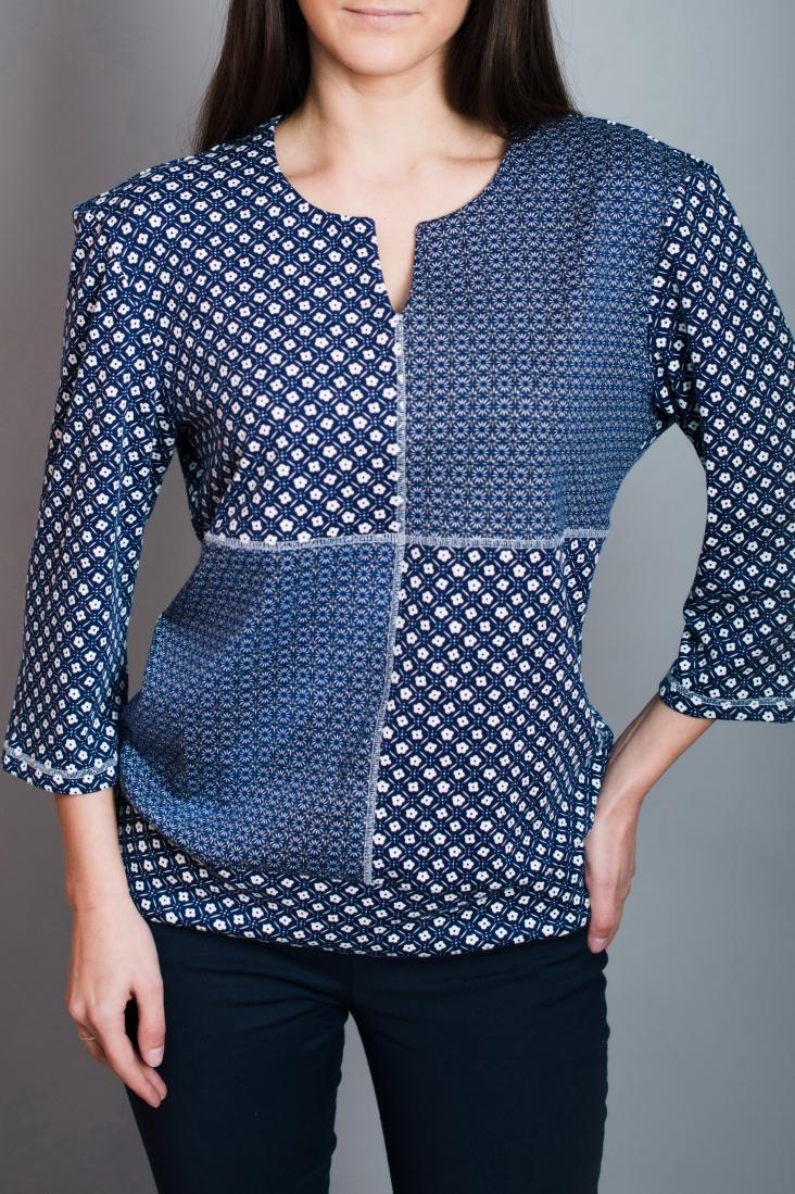 БлузаБлузки<br>Красивая блузка полуприталенного силуэта. Модель выполнена из приятного материала. Отличный выбор для повседневного гардероба.  В изделии использованы цвета: синий, белый и др.  Ростовка изделия 170 см.<br><br>Горловина: Фигурная горловина<br>По материалу: Вискоза,Трикотаж<br>По рисунку: С принтом,Цветные<br>По сезону: Весна,Зима,Лето,Осень,Всесезон<br>По силуэту: Полуприталенные<br>По стилю: Повседневный стиль<br>Рукав: Рукав три четверти<br>Размер : 44,48<br>Материал: Джерси<br>Количество в наличии: 3