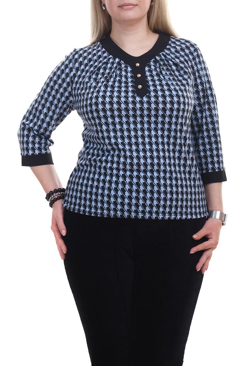 БлузкаБлузки<br>Универсальная блузка с круглой горловиной и рукавами 3/4. Модель выполнена из приятного трикотажа. Отличный выбор для повседневного гардероба.  Цвет: черный, голубой  Рост девушки-фотомодели 173 см.<br><br>Горловина: С- горловина<br>Застежка: С пуговицами<br>По материалу: Трикотаж<br>По рисунку: С принтом,Цветные<br>По сезону: Весна,Зима,Лето,Осень,Всесезон<br>По силуэту: Полуприталенные,Приталенные<br>По стилю: Повседневный стиль<br>По элементам: С декором<br>Рукав: Рукав три четверти<br>Размер : 52,58,66,68,70<br>Материал: Трикотаж<br>Количество в наличии: 16