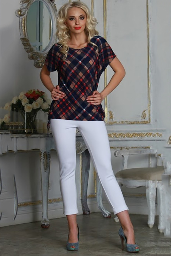 БлузкаБлузки<br>Блуза из легкого струящегося трикотажного полотна прямого силуэта со спущенной линией плеча и разрезами по боковым швам.Длина разреза регулируется шнурком.  Длина изделия от 63 см до 69 см, в зависимости от размера.   Модель с яркой клеткой в красно-синем исполнении поможет создать идеальный образ в стиле casual – непринужденный, комфортный, яркий  В изделии использованы цвета: синий, бежевый и др.  Рост девушки-фотомодели 175 см<br><br>По материалу: Вискоза,Трикотаж<br>По рисунку: С принтом,Цветные,В клетку<br>По сезону: Весна,Зима,Лето,Осень,Всесезон<br>По стилю: Кэжуал,Повседневный стиль<br>Рукав: Короткий рукав<br>Горловина: С- горловина<br>По силуэту: Прямые<br>Размер : 42,44,46<br>Материал: Трикотаж<br>Количество в наличии: 3