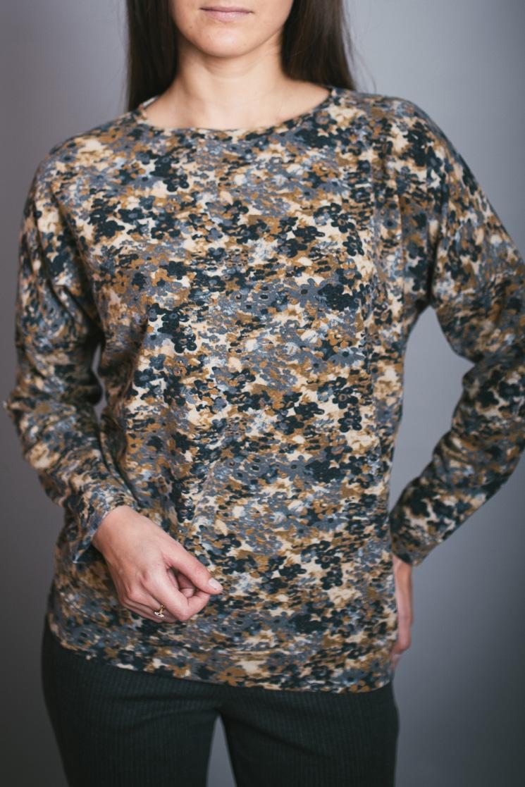 БлузонБлузки<br>Цветная блузка полуприталенного силуэта. Модель выполнена из приятного материала. Отличный выбор для повседневного гардероба.  В изделии использованы цвета: серый, бежевый и др.  Ростовка изделия 170 см.<br><br>Горловина: С- горловина<br>По материалу: Вискоза,Трикотаж<br>По образу: Город<br>По рисунку: С принтом,Цветные<br>По сезону: Весна,Зима,Лето,Осень,Всесезон<br>По силуэту: Полуприталенные<br>По стилю: Повседневный стиль<br>Рукав: Длинный рукав<br>Размер : 46,48,50,52,54,56<br>Материал: Трикотаж<br>Количество в наличии: 4