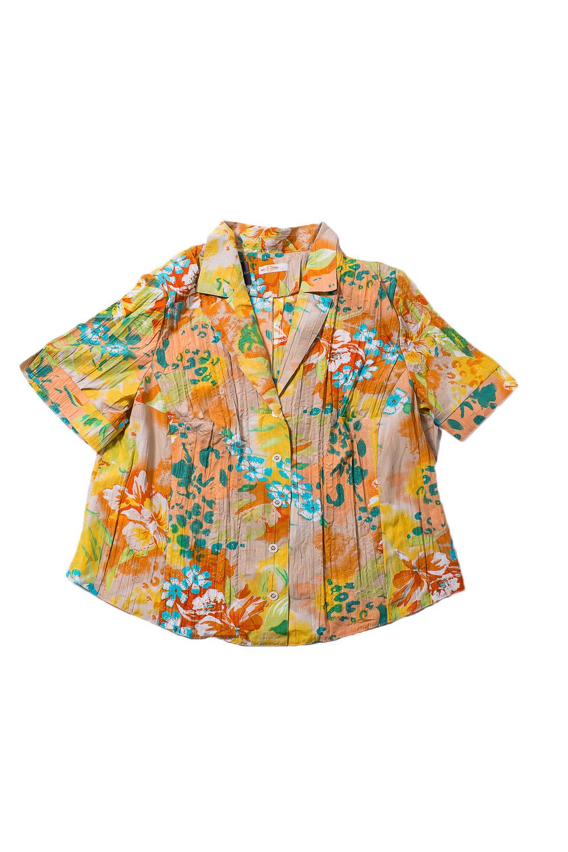 БлузкаБлузки<br>Цветная блузка с короткими рукавами. Модель выполнена из приятного материала. Отличный выбор для повседневного гардероба.  В изделии использованы цвета: бежевый, желтый, оранжевый и др.  Ростовка изделия 170 см.<br><br>Воротник: Отложной<br>Горловина: V- горловина<br>Застежка: С пуговицами<br>По материалу: Тканевые,Хлопок<br>По образу: Город<br>По рисунку: Растительные мотивы,С принтом,Цветные,Цветочные<br>По сезону: Весна,Зима,Лето,Осень,Всесезон<br>По силуэту: Полуприталенные<br>По стилю: Повседневный стиль<br>По элементам: С манжетами<br>Рукав: Короткий рукав<br>Размер : 66<br>Материал: Блузочная ткань<br>Количество в наличии: 1