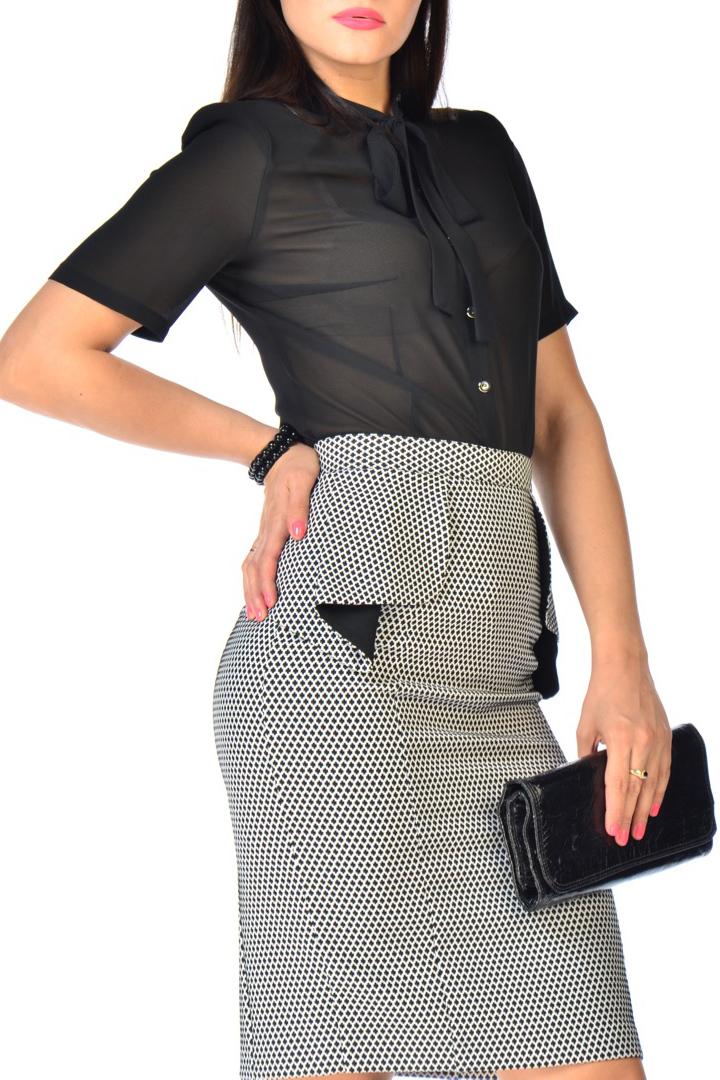 РубашкаБлузки<br>Рубашка из креп-шифона стрейч. Детали: блуза с коротким рукавом и воротником полустойкой, завязывающимся на декоративный бант. По полочке и спинке - вытачки, на плечах - подплечники.   В изделии использованы цвета: черный  Рост девушки-фотомодели 170 см.<br><br>Застежка: С пуговицами<br>Рукав: Короткий рукав<br>Материал: Шифон<br>Рисунок: Однотонные<br>Сезон: Весна,Всесезон,Зима,Лето,Осень<br>Силуэт: Приталенные<br>Стиль: Повседневный стиль<br>Размер : 44,46,48,52<br>Материал: Шифон<br>Количество в наличии: 4