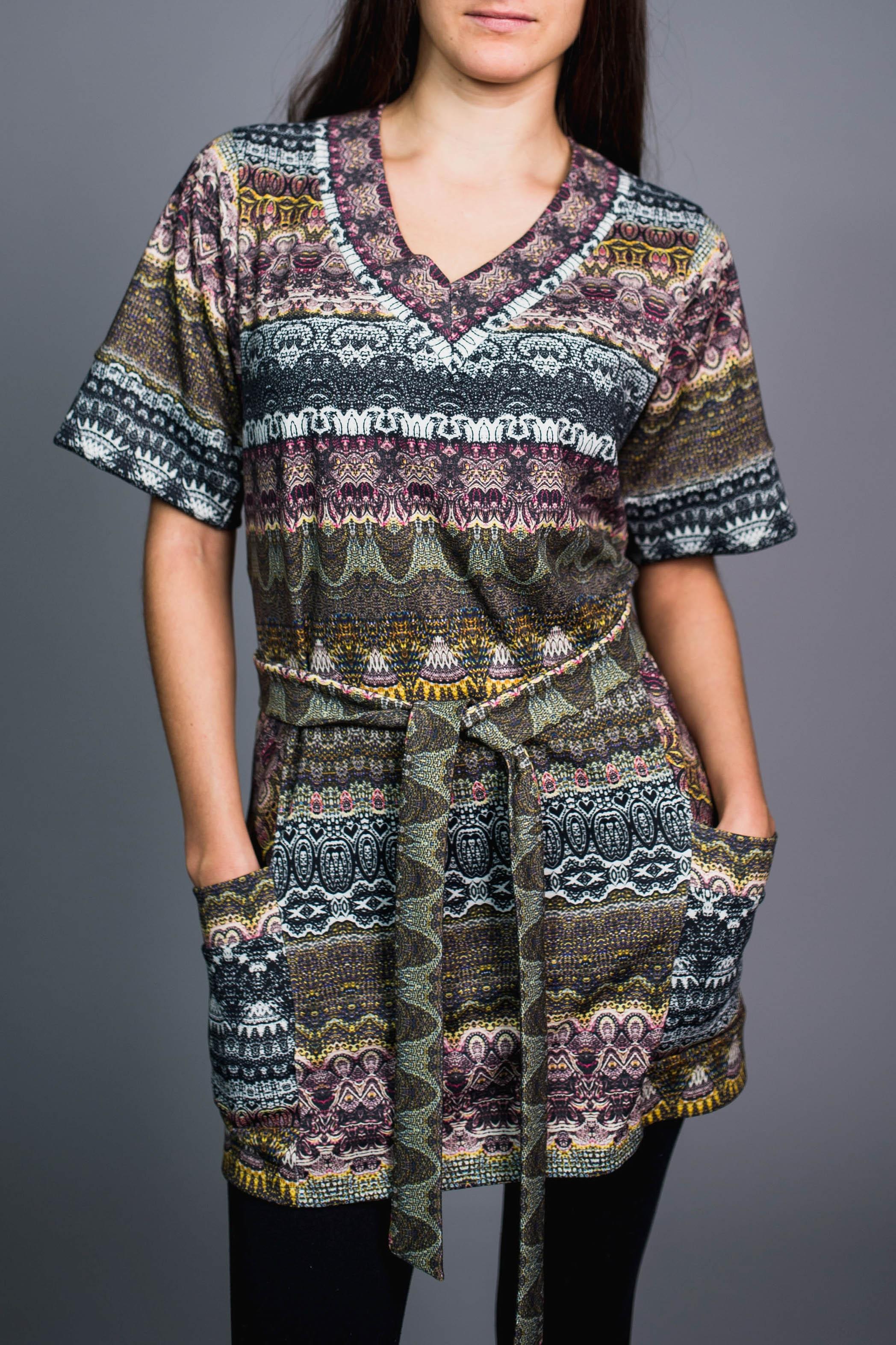 БлузкаТуники<br>Удлиненная блузка с V-образной горловиной и короткими рукавами. Модель выполнена из приятного материала. Отличный выбор для повседневного гардероба.  Блузка без пояса.  В изделии использованы цвета: зеленый, розовый, голубой и др.  Ростовка изделия 170 см.<br><br>Горловина: V- горловина<br>По материалу: Вискоза<br>По рисунку: С принтом,Цветные<br>По силуэту: Полуприталенные<br>По стилю: Повседневный стиль<br>По элементам: С карманами<br>Рукав: До локтя,Короткий рукав<br>По сезону: Осень,Весна<br>Размер : 50,54<br>Материал: Вискоза<br>Количество в наличии: 2