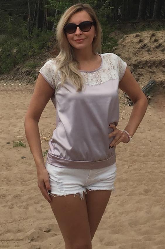 БлузкаБлузки<br>Комбинированная блуза свободного силуэта на поясе. Полочка из атласной ткани с фигурной кокеткой из гипюра, спинка однотонная, выполнена из легкого трикотажного полотна. Проймы и горловины окантованы.   Длина изделия от 61 см до 65 см, в зависимости от размера.   Модель сделает ваш образ более женственным и нежным А свободный крой этого фасона блузки отлично замаскирует лишние сантиметры в области талии.  В изделии использованы цвета: перламутровый, белый.  Рост девушки-фотомодели 175 см<br><br>Горловина: С- горловина<br>По материалу: Вискоза,Гипюр,Трикотаж<br>По рисунку: Цветные<br>По сезону: Весна,Зима,Лето,Осень,Всесезон<br>По силуэту: Свободные<br>По стилю: Повседневный стиль,Нарядный стиль<br>По элементам: С декором<br>Рукав: Короткий рукав<br>Размер : 46,48<br>Материал: Холодное масло + Гипюр<br>Количество в наличии: 2
